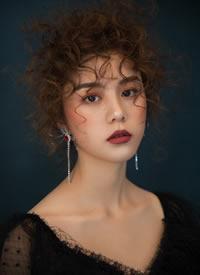 凌乱随意的卷发造型加上别致的红唇妆容