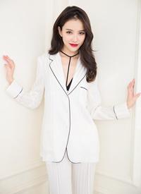 黄一琳白色睡衣风冷艳写真图片