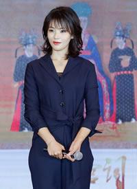 刘涛西装连体裤配腰带的设计看上去利落干练,又有女人味