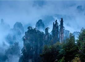 張家界山峰間煙霧彌漫,好似人間仙境般美麗