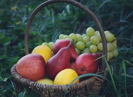 一籃新鮮可口的水果拼盤圖片欣賞