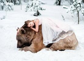 大熊Stefan和小孩子们友好相处的暖萌画面