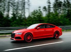 雨中奔跑的红色奥迪RS7 图片欣赏