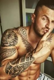 一组有纹身的肌肉型男帅哥图片