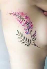 胸侧之花:纹在女性侧胸处性感的花卉小纹身图案