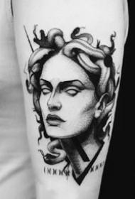 9张点刺风格的一组欧美人像黑灰纹身图片