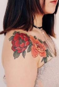 適合女士的紅色花卉花朵紋身作品