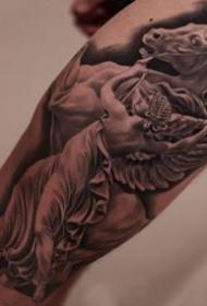 细腻的一组欧美写实大年夜臂等纹身作品9张