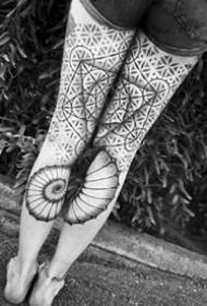 女生两腿上的成对黑灰花腿纹身图案
