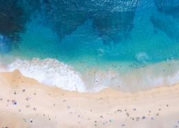 海浪拍打海灘俯視圖圖片_12張