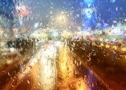 雨天窗外模糊景色圖片_8張