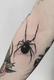 好看标一组黑灰小蜘蛛纹身图案