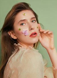 盈盈眼眸,空灵发丝,用绽放的花朵点缀轻巧氧气的妆容