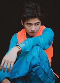 刘昊然身着Louis Vuitton蓝色套装外搭橘色马甲,强烈撞色的大胆穿衣风格
