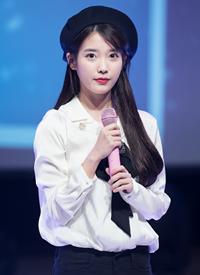 IU李知恩可愛貝雷帽演唱會舞臺秀圖片