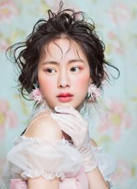 轻巧的刘海,腾跃的发丝,眼眸通亮溢满芳华景春色芒