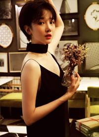 陈小纭深v吊带裙文艺写真图片