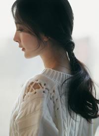杨幂身着白色针织搭配性感红裙,温柔淑女,知性优雅