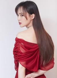 唐嫣身着一袭红色漏肩裙优雅大气又不失甜美