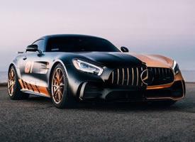 两个颜色的Mercedes-Benz AMG GTR