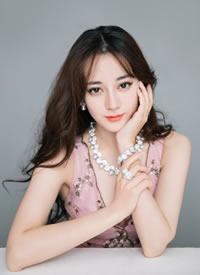 迪丽热巴以一袭粉嫩长裙亮相活动,尽显满满少女感与优雅风尚