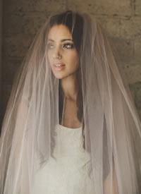 极简大气的新娘发型加上梦幻头纱图片
