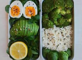 含多种健康的绿色蔬菜的便当