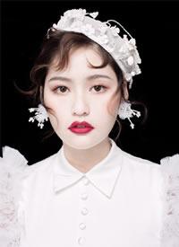 一襲復古白紗與精致的帽子和耳環搭配在一起的古典美