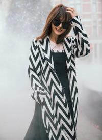 戚薇穿黑白條紋的大衣的霸氣圖片欣賞