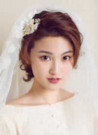 温婉风新娘造型脱离了浓墨重彩,不刻意,却掩盖不了精致