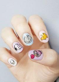 一组可爱风的彩绘指甲图片欣赏