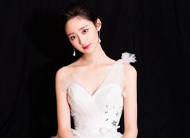 王莫涵一身白色露肩長裙略帶小性感的壁紙圖片