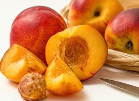 一组油桃和水蜜桃的特写图片欣赏
