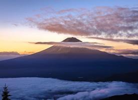 藏在云彩里的富士山美景图片欣赏