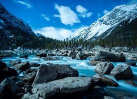 西藏然乌湖,碧蓝的湖水,和着白雪皑皑的山峰,如诗如画