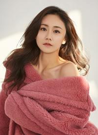 刘芸穿着粉色大衣搭配大波浪卷发,温柔明媚,十足美丽