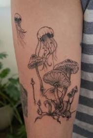 黑灰色的一组蘑菇植物纹身图