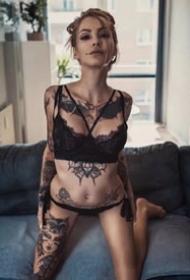 国外的一组欧美纹身美女模特图片欣