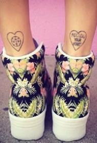 脚后跟下面的的一构成对繁复小纹身