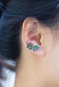 一组耳朵上的超简约小艺术纹身图