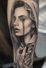 手臂上的大黑灰怀表人物肖像等花臂纹身图片