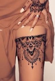 性感的女生美腿蕾丝腿环纹身图案