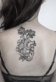 心臟紋身:黑灰色的一組素描心臟紋身圖案