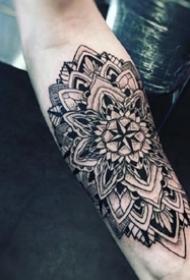 胳膊上的一组曼达拉梵花纹身图片