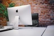 放着台式苹果电脑的办公室图片_12张