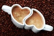 情侣咖啡杯与心形图案咖啡图片_15张