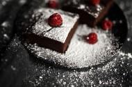 正在制作的樹莓巧克力蛋糕圖片_11張