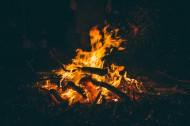 黑夜里的篝火图片_13张