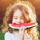 开心吃西瓜的人物特写图片_15张