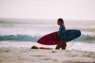 拿着冲浪板的冲浪者图片_10张